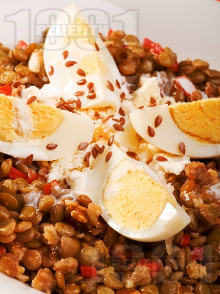 Салата с леща, варени яйца, орехи и бадеми - снимка на рецептата